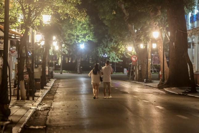 Phố phường Hà Nội 'ngủ đông' giữa dịch COVID-19 ảnh 19