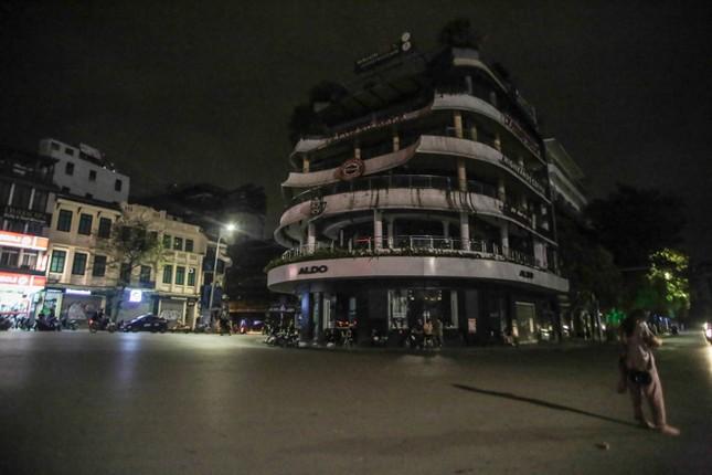 Phố phường Hà Nội 'ngủ đông' giữa dịch COVID-19 ảnh 1