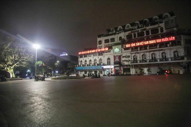 Phố phường Hà Nội 'ngủ đông' giữa dịch COVID-19 ảnh 2