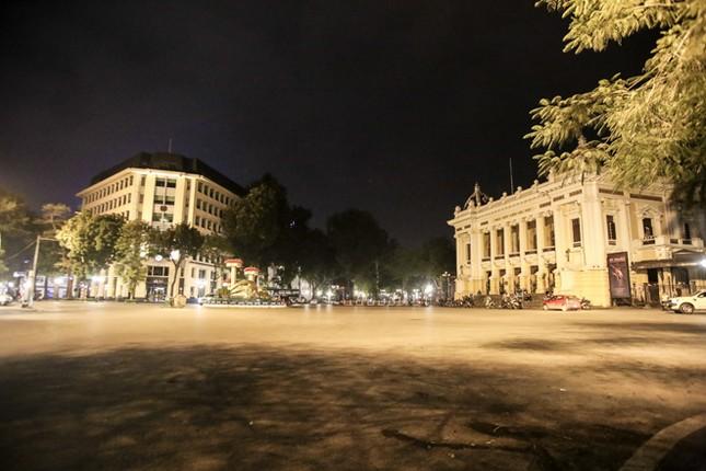 Phố phường Hà Nội 'ngủ đông' giữa dịch COVID-19 ảnh 3