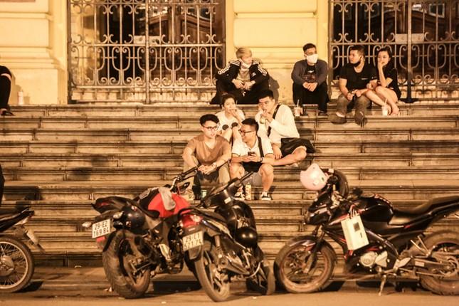 Phố phường Hà Nội 'ngủ đông' giữa dịch COVID-19 ảnh 4