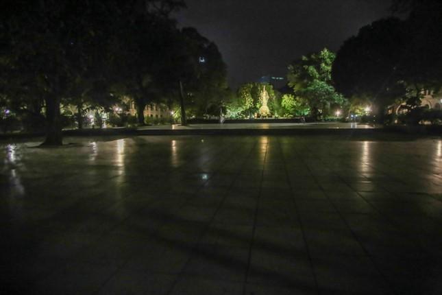 Phố phường Hà Nội 'ngủ đông' giữa dịch COVID-19 ảnh 8