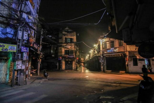 Phố phường Hà Nội 'ngủ đông' giữa dịch COVID-19 ảnh 10