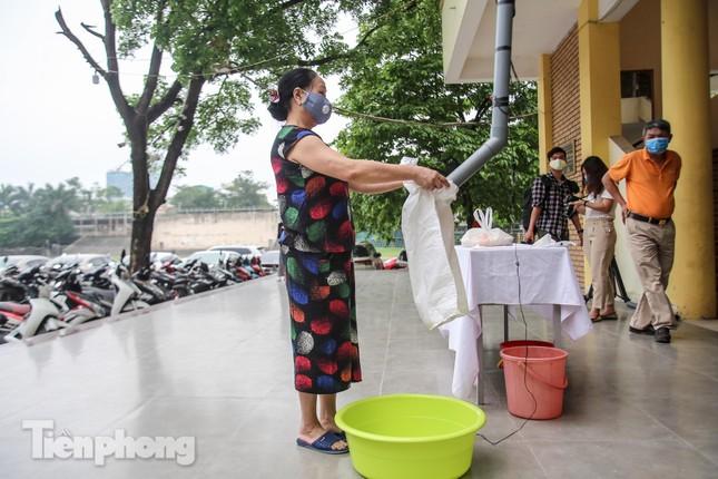 Cây 'ATM gạo' miễn phí cho người nghèo đầu tiên tại Hà Nội ảnh 11