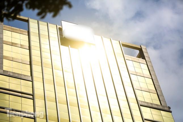 Hà Nội xuất hiện cao ốc 'dát vàng' gây chói lóa trong ngày hè oi bức ảnh 4