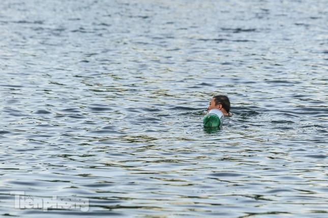 Nắng nóng lên đỉnh, người dân đua nhau bơi giải nhiệt ở hồ Bảy Mẫu ảnh 11