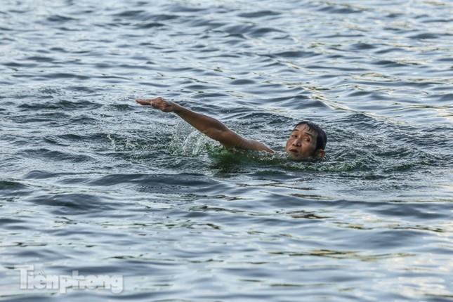 Nắng nóng lên đỉnh, người dân đua nhau bơi giải nhiệt ở hồ Bảy Mẫu ảnh 12