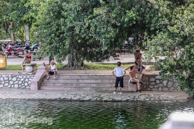 Nắng nóng lên đỉnh, người dân đua nhau bơi giải nhiệt ở hồ Bảy Mẫu ảnh 14