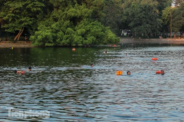 Nắng nóng lên đỉnh, người dân đua nhau bơi giải nhiệt ở hồ Bảy Mẫu ảnh 1