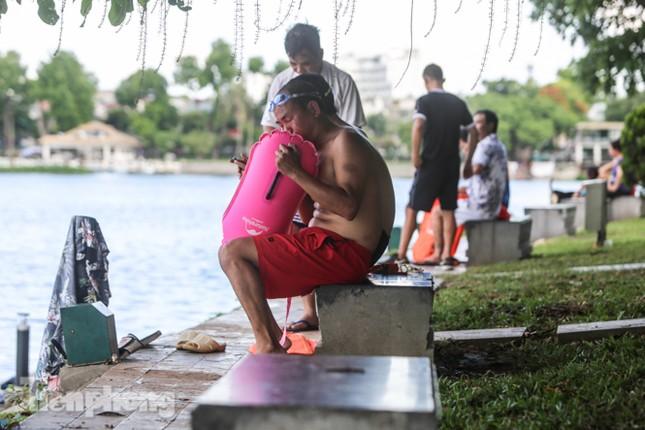 Nắng nóng lên đỉnh, người dân đua nhau bơi giải nhiệt ở hồ Bảy Mẫu ảnh 2
