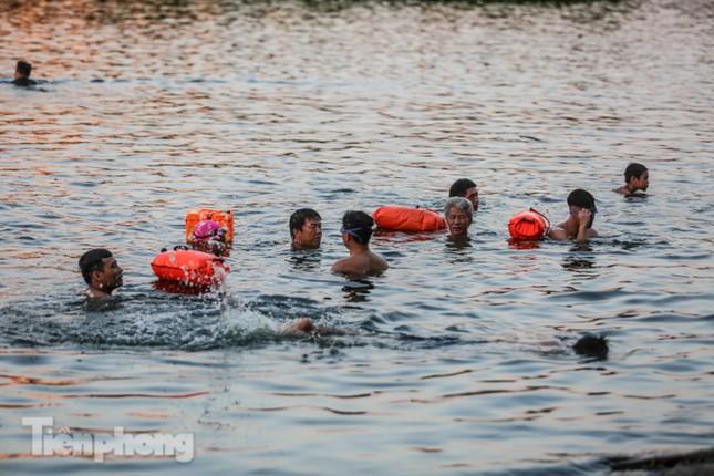 Nắng nóng lên đỉnh, người dân đua nhau bơi giải nhiệt ở hồ Bảy Mẫu ảnh 4