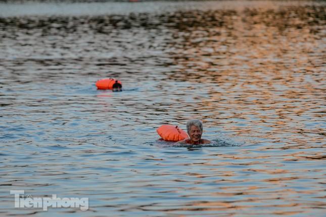 Nắng nóng lên đỉnh, người dân đua nhau bơi giải nhiệt ở hồ Bảy Mẫu ảnh 5