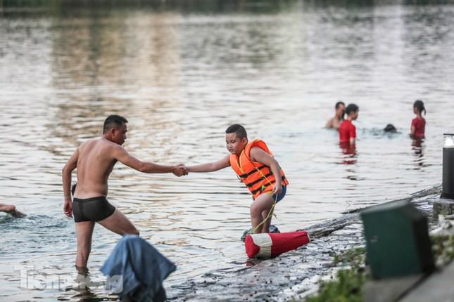 Nắng nóng lên đỉnh, người dân đua nhau bơi giải nhiệt ở hồ Bảy Mẫu ảnh 6