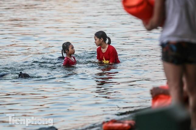 Nắng nóng lên đỉnh, người dân đua nhau bơi giải nhiệt ở hồ Bảy Mẫu ảnh 7