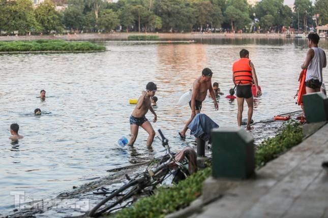 Nắng nóng lên đỉnh, người dân đua nhau bơi giải nhiệt ở hồ Bảy Mẫu ảnh 8
