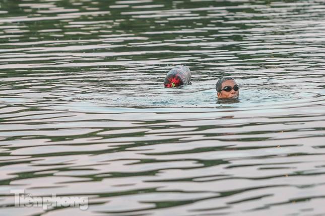 Nắng nóng lên đỉnh, người dân đua nhau bơi giải nhiệt ở hồ Bảy Mẫu ảnh 9
