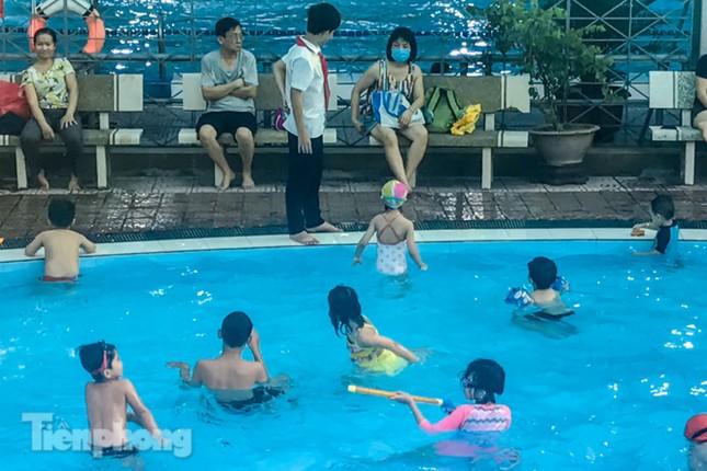 Nắng nóng 'bỏng da', người dân tìm đến các bể bơi, hồ bơi giải nhiệt ảnh 10
