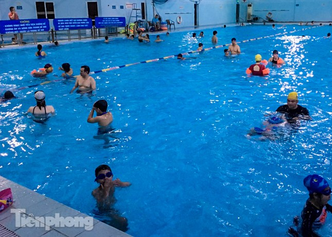 Nắng nóng 'bỏng da', người dân tìm đến các bể bơi, hồ bơi giải nhiệt ảnh 1