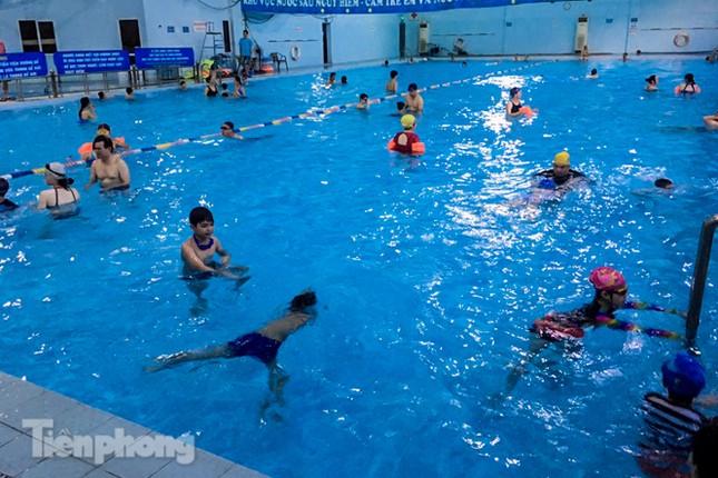 Nắng nóng 'bỏng da', người dân tìm đến các bể bơi, hồ bơi giải nhiệt ảnh 2