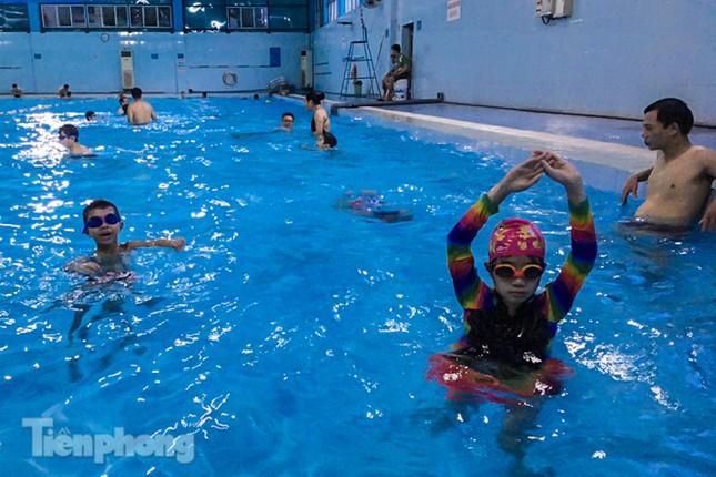 Nắng nóng 'bỏng da', người dân tìm đến các bể bơi, hồ bơi giải nhiệt ảnh 3