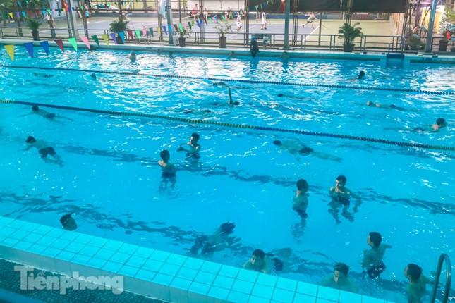 Nắng nóng 'bỏng da', người dân tìm đến các bể bơi, hồ bơi giải nhiệt ảnh 4