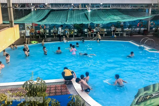 Nắng nóng 'bỏng da', người dân tìm đến các bể bơi, hồ bơi giải nhiệt ảnh 8