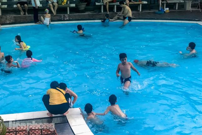 Nắng nóng 'bỏng da', người dân tìm đến các bể bơi, hồ bơi giải nhiệt ảnh 9
