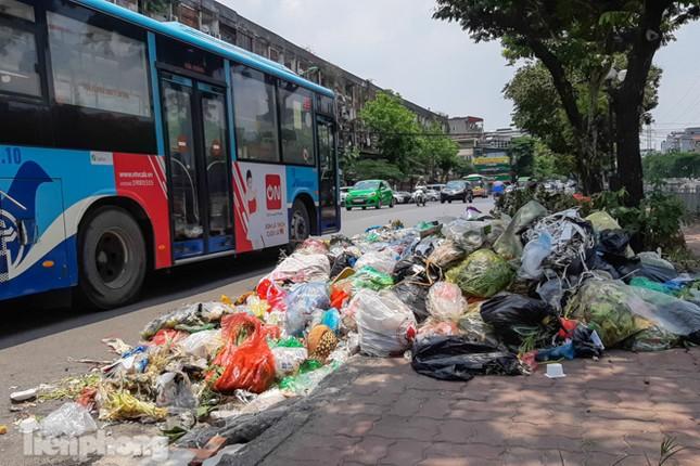 Xe vào bãi rác Nam Sơn bị chặn, phố phường Hà Nội ngập trong 'biển' rác ảnh 1
