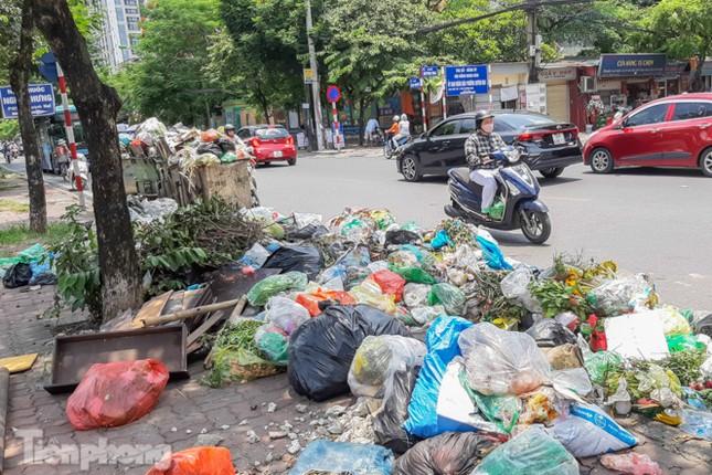 Xe vào bãi rác Nam Sơn bị chặn, phố phường Hà Nội ngập trong 'biển' rác ảnh 2