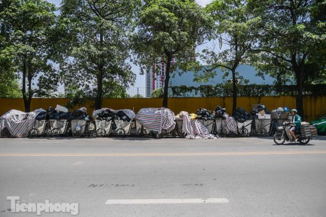 Xe vào bãi rác Nam Sơn bị chặn, phố phường Hà Nội ngập trong 'biển' rác ảnh 3