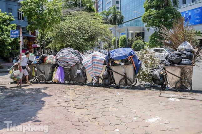 Xe vào bãi rác Nam Sơn bị chặn, phố phường Hà Nội ngập trong 'biển' rác ảnh 5