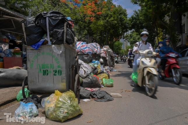 Xe vào bãi rác Nam Sơn bị chặn, phố phường Hà Nội ngập trong 'biển' rác ảnh 9