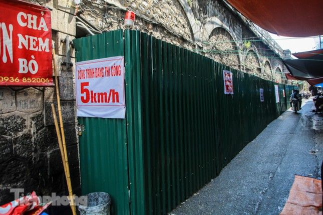 Bắt đầu đục thông tiếp 5 vòm cầu đá 'trăm tuổi' trên phố Phùng Hưng ảnh 12