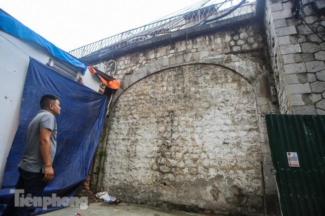 Bắt đầu đục thông tiếp 5 vòm cầu đá 'trăm tuổi' trên phố Phùng Hưng ảnh 13