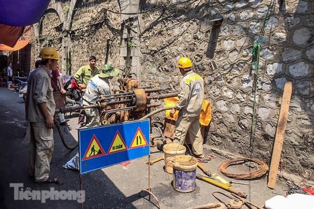 Bắt đầu đục thông tiếp 5 vòm cầu đá 'trăm tuổi' trên phố Phùng Hưng ảnh 14