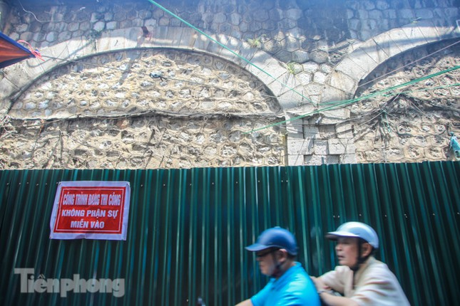 Bắt đầu đục thông tiếp 5 vòm cầu đá 'trăm tuổi' trên phố Phùng Hưng ảnh 1