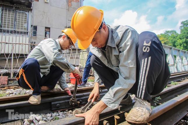 Bắt đầu đục thông tiếp 5 vòm cầu đá 'trăm tuổi' trên phố Phùng Hưng ảnh 6