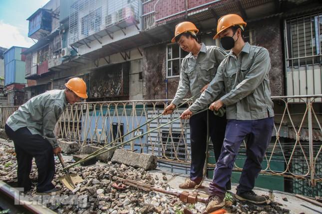Bắt đầu đục thông tiếp 5 vòm cầu đá 'trăm tuổi' trên phố Phùng Hưng ảnh 4