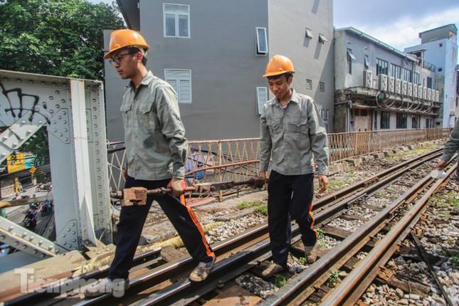 Bắt đầu đục thông tiếp 5 vòm cầu đá 'trăm tuổi' trên phố Phùng Hưng ảnh 8