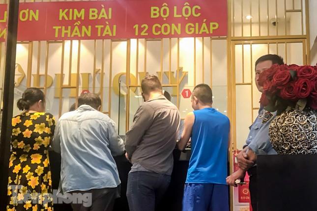 Giá vàng liên tục 'đảo điên', cửa hàng vàng chen chúc người mua kẻ bán ảnh 11