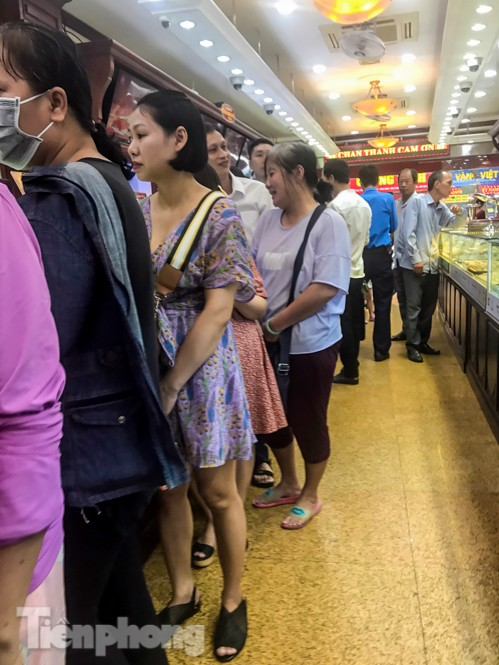 Giá vàng liên tục 'đảo điên', cửa hàng vàng chen chúc người mua kẻ bán ảnh 4