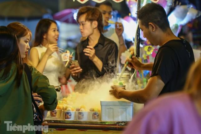 'Hốt bạc' nhờ bán kem nhả khói độc đáo mùa Trung thu Hà Nội ảnh 1