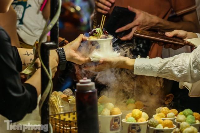 'Hốt bạc' nhờ bán kem nhả khói độc đáo mùa Trung thu Hà Nội ảnh 4