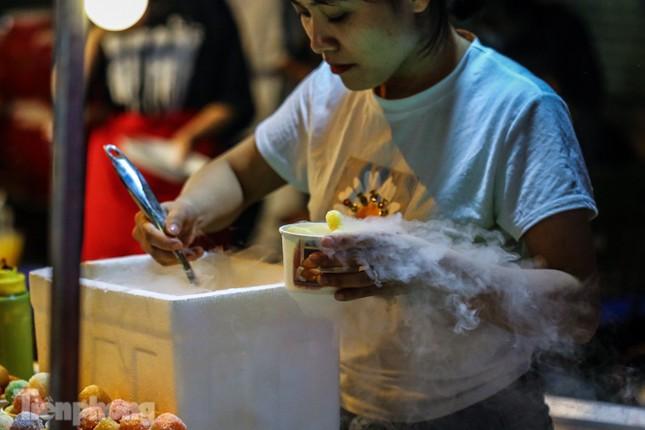 'Hốt bạc' nhờ bán kem nhả khói độc đáo mùa Trung thu Hà Nội ảnh 3
