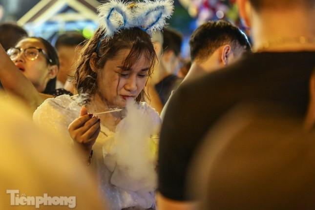 'Hốt bạc' nhờ bán kem nhả khói độc đáo mùa Trung thu Hà Nội ảnh 7