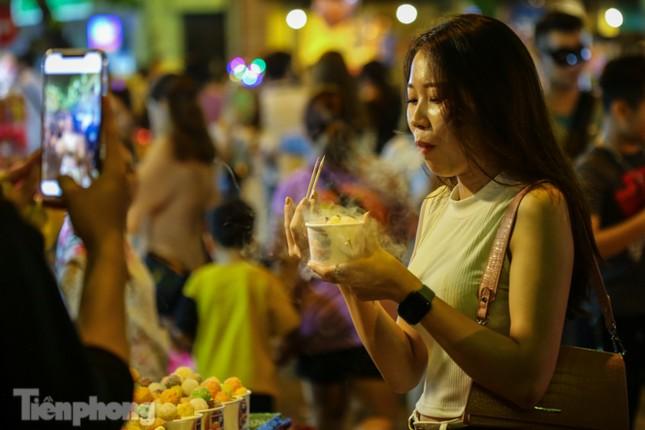 'Hốt bạc' nhờ bán kem nhả khói độc đáo mùa Trung thu Hà Nội ảnh 8