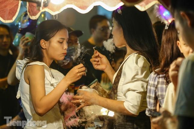 'Hốt bạc' nhờ bán kem nhả khói độc đáo mùa Trung thu Hà Nội ảnh 9