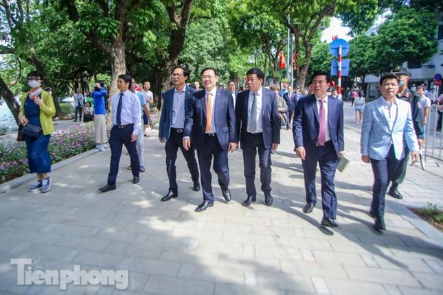 Bí thư Thành ủy Hà Nội gắn biển công trình cải tạo, chỉnh trang hồ Hoàn Kiếm ảnh 11