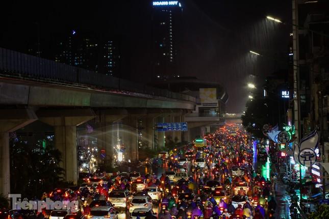 Người dân Thủ đô 'vật vã' về nhà trong cơn mưa tầm tã ảnh 10