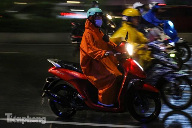 Người dân Thủ đô 'vật vã' về nhà trong cơn mưa tầm tã ảnh 11
